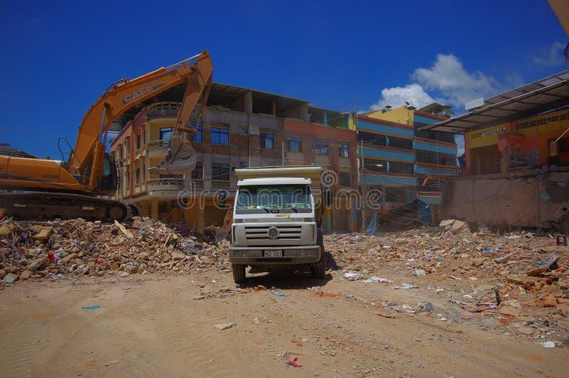 Portoviejo, Equateur - avril, 18, 2016 : Blocaille de cueillette de machines lourdes des bâtiments détruits après tragique et photo libre de droits