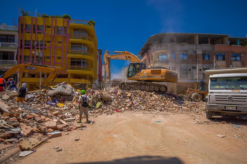 Portoviejo, Equateur - avril, 18, 2016 : Blocaille de cueillette de machines lourdes des bâtiments détruits après tragique et photos libres de droits