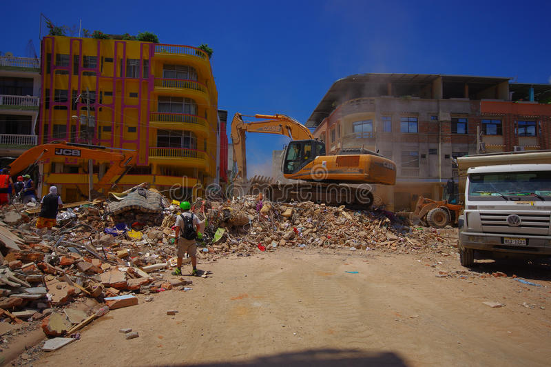 Portoviejo, Equateur - avril, 18, 2016 : Blocaille de cueillette de machines lourdes des bâtiments détruits après tragique et image libre de droits