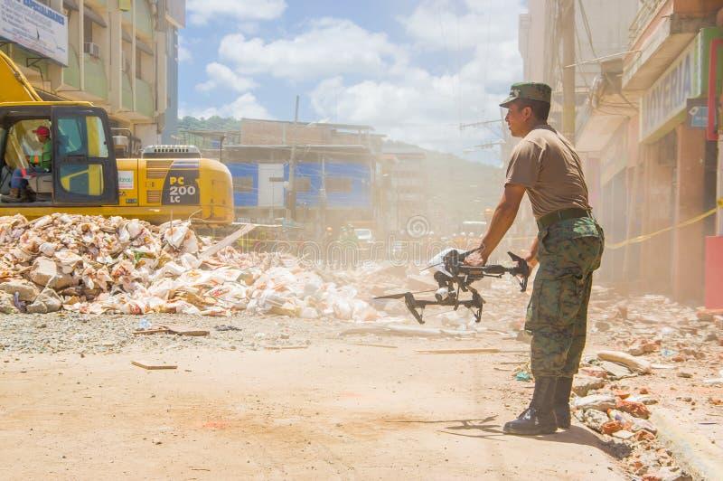 Portoviejo, Equateur - avril, 18, 2016 : Le bourdon a fonctionné par l'armée pour rechercher des survivants après 7 tremblement d photo stock