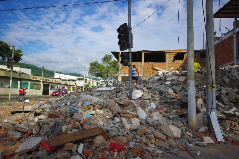 Portoviejo, Equateur - avril, 18, 2016 : Montagne de blocaille pour un bâtiment effondré après 7 tremblement de terre 8 photo libre de droits