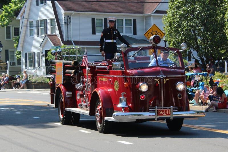 Portowa Jefferson stacja, NY, usa, July4,2019 Żołnierz jedzie samochód strażackiego podczas 4th Lipiec parada fotografia royalty free