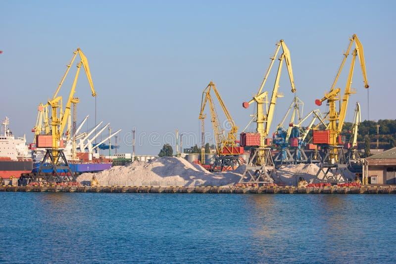 Portowy ładunku nabrzeża żuraw nad niebieskiego nieba tłem zdjęcia stock