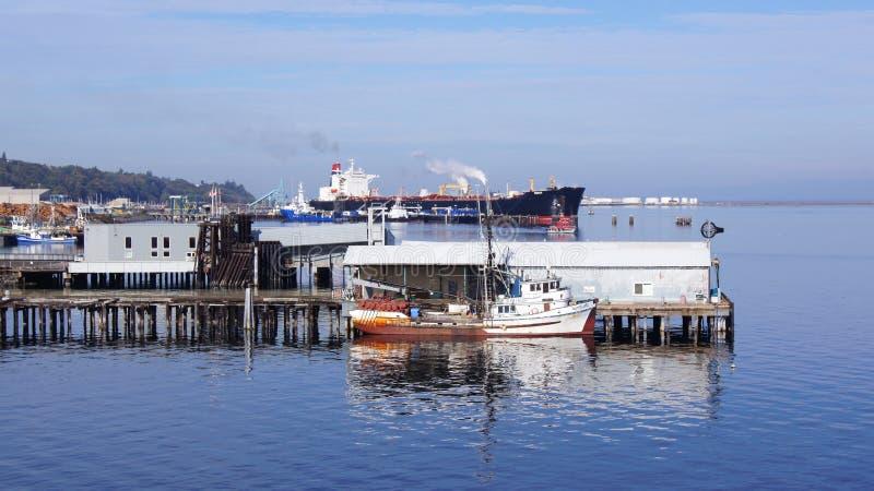 Portowy Angeles, WASZYNGTOŃSKI usa - Październik 2014: molo z ogromnym cysternowym statkiem i łodzią rybacką zdjęcie stock