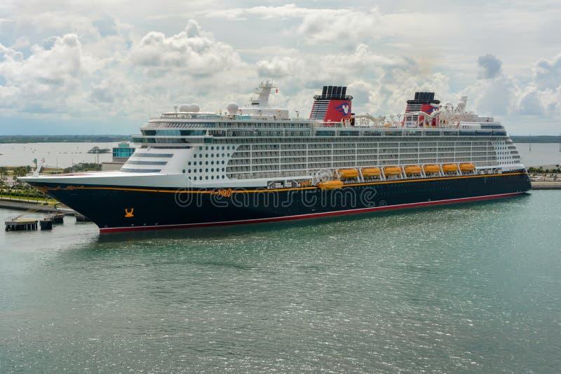 PORTOWY CANAVERAL FLORYDA, MAJ, - 31, 2014: Disney fantazji statek wycieczkowy dokował przy Portowym Canaveral, Floryda, usa obrazy royalty free