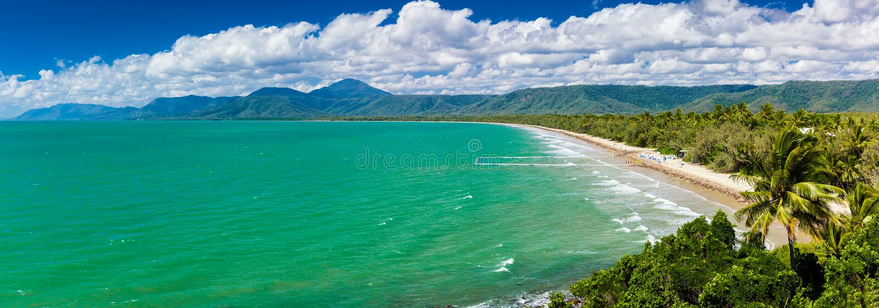 Portowy Douglas cztery mil plaża i ocean na słonecznym dniu, Australia zdjęcie stock