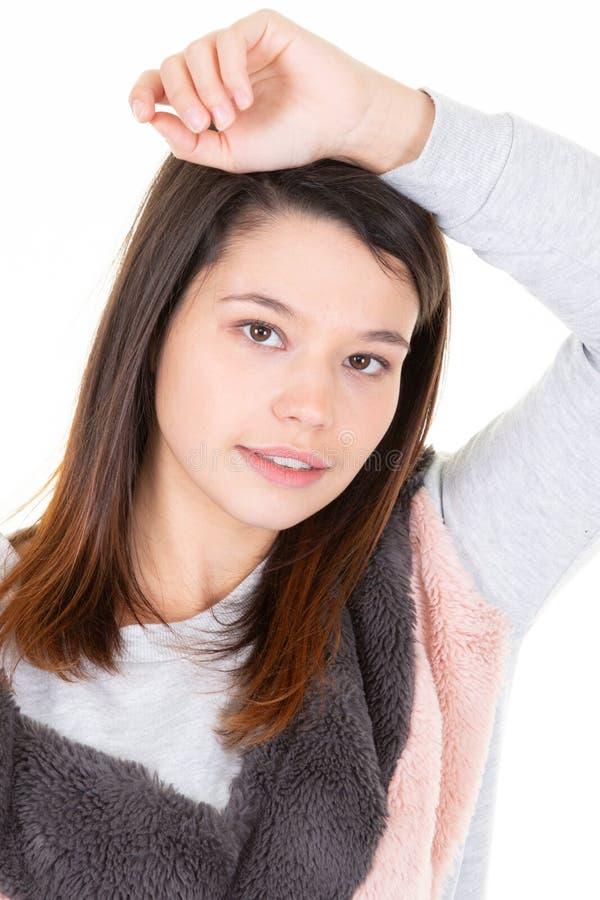 Porträt der betonten jungen Hausfraufrau im weißen Hintergrund stockfotos