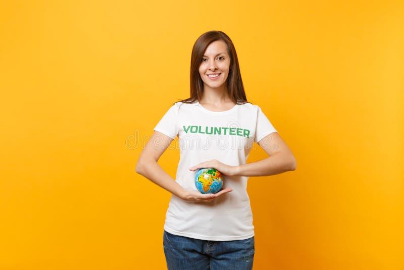 Porträt der Frau im weißen T-Shirt mit schriftlichem Aufschriftgrüntitel freiwilliger Griff in der Palmen Erdweltkugel lizenzfreies stockfoto
