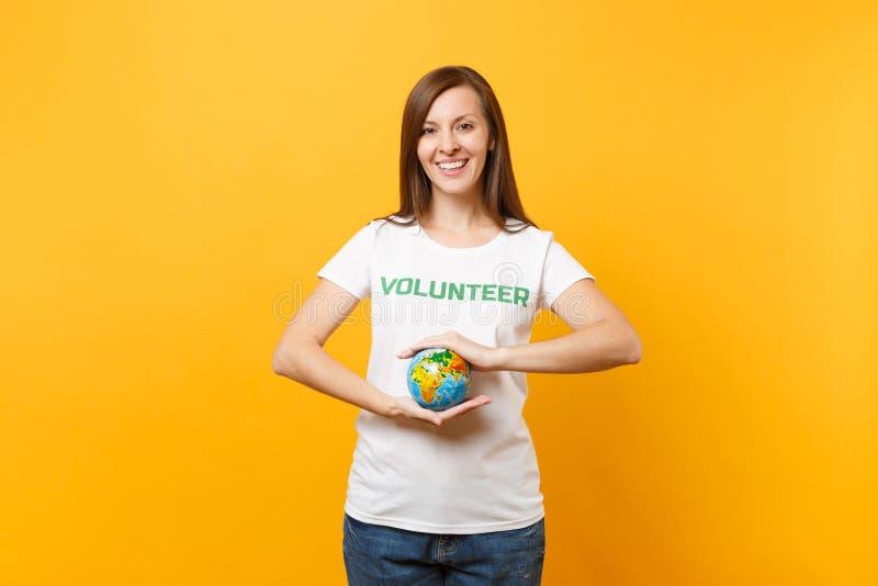 Porträt der Frau im weißen T-Shirt mit schriftlichem Aufschriftgrüntitel freiwilliger Griff in der Palmen Erdweltkugel lizenzfreie stockfotos