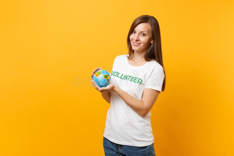 Porträt der Frau im weißen T-Shirt mit schriftlichem Aufschriftgrüntitel freiwilliger Griff in der Palmen Erdweltkugel stockfotos