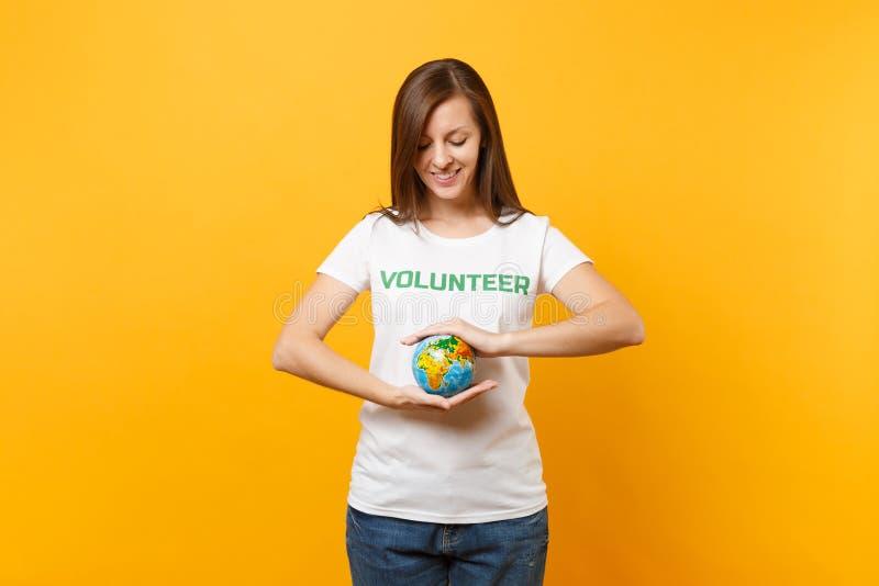 Porträt der Frau im weißen T-Shirt mit schriftlichem Aufschriftgrüntitel freiwilliger Griff in der Palmen Erdweltkugel stockfoto