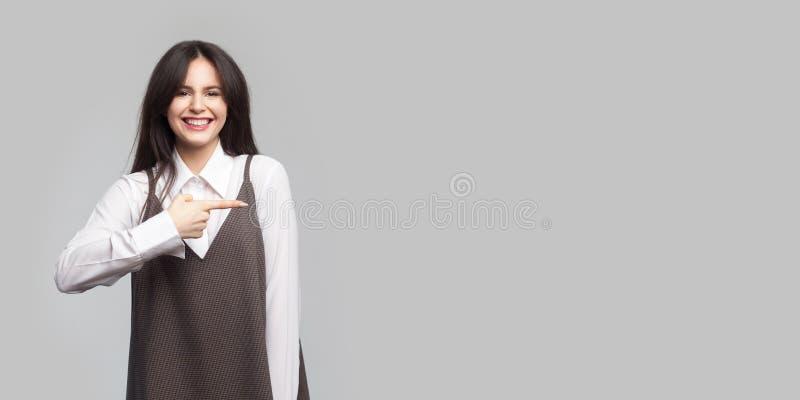Porträt der glücklichen schönen jungen Frau im weißen Hemd und des braunen Schutzblechs mit Make-up, brunette Haarstellung zeigen lizenzfreie stockbilder