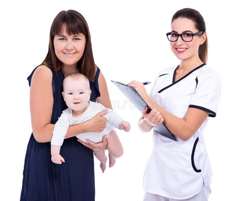 Porträt der jungen Mutter mit kleinem Baby und weiblicher Kinderarzt oder Krankenschwester lokalisiert auf Weiß lizenzfreie stockfotografie