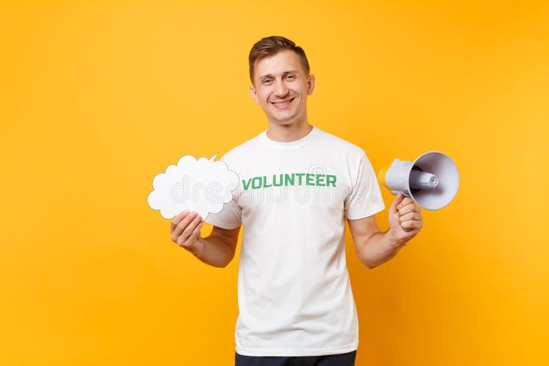 Porträt des jungen Mannes des Spaßes im weißen T-Shirt mit schriftlichem Aufschriftgrüntitel freiwilliger Schrei im Megaphon loka lizenzfreie stockfotografie