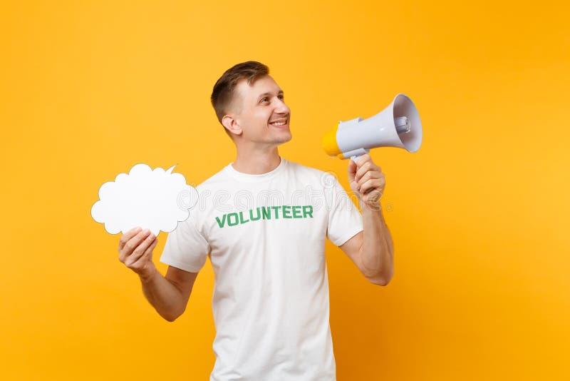 Porträt des jungen Mannes des Spaßes im weißen T-Shirt mit schriftlichem Aufschriftgrüntitel freiwilliger Schrei im Megaphon loka lizenzfreie stockfotos