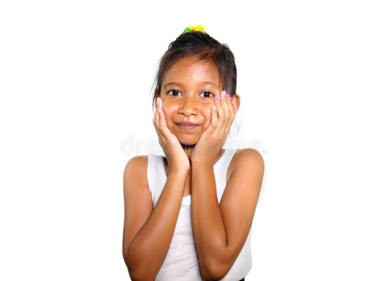 Porträt des schönen weiblichen Kindes der glücklichen und aufgeregten Mischethnie lächelnd nett das junge Mädchen, das Spaß im Ki lizenzfreies stockfoto
