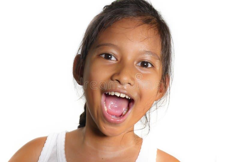 Porträt des schönen weiblichen Kindes der glücklichen und aufgeregten Mischethnie lächelnd nett das junge Mädchen, das Spaß im Ki stockfotos