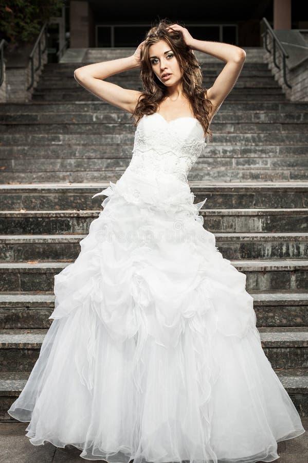 Porträt einer Braut in einem Hochzeitskleid Auf der Straße lizenzfreie stockfotos