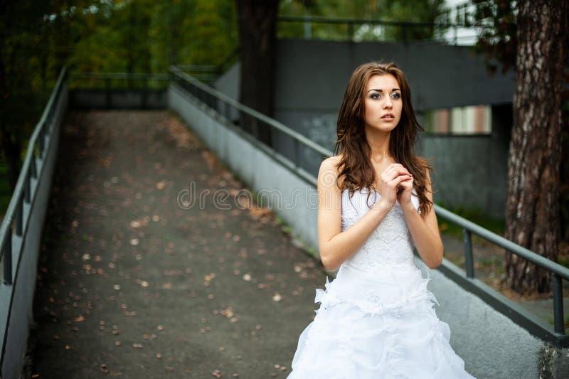 Porträt einer Braut in einem Hochzeitskleid Auf der Straße stockfoto