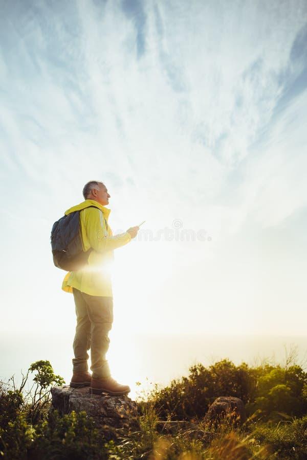 Porträt einer Mannstellung auf einen Hügel stockfoto