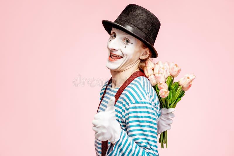Porträt einer Pantomime mit Blumen stockbilder