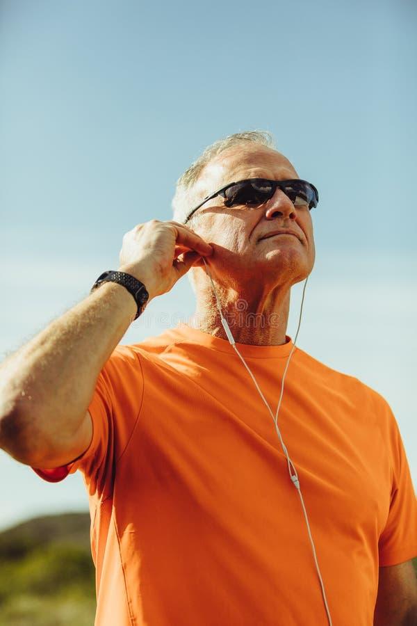 Porträt eines älteren athletischen Mannes stockfotografie
