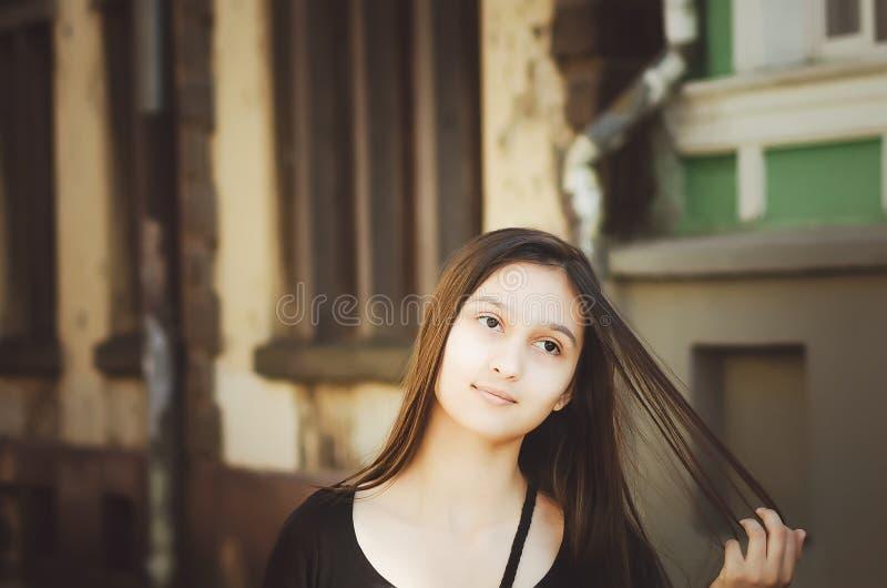 Porträt eines schönen langhaarigen Mädchens draußen lizenzfreie stockfotografie