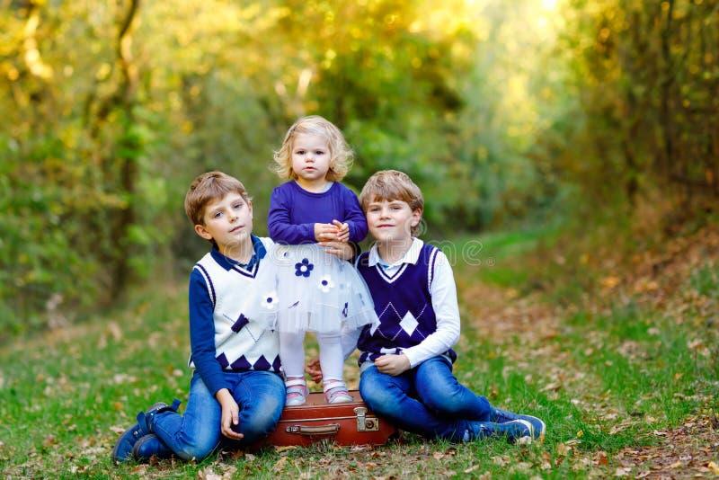 Porträt von drei Geschwisterkindern Zwei Kinderbruderjungen und wenig nettes Kleinkindschwestermädchen, die Spaß zusammen herein  lizenzfreie stockfotografie