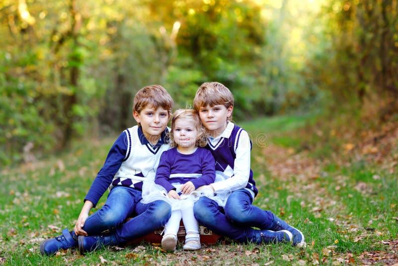 Porträt von drei Geschwisterkindern Zwei Kinderbruderjungen und wenig nettes Kleinkindschwestermädchen, die Spaß zusammen herein  lizenzfreies stockfoto