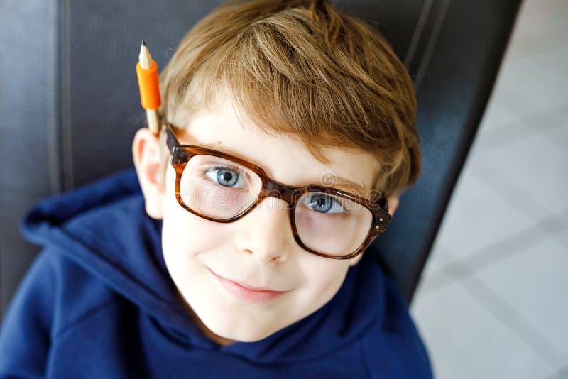 Porträt wenigen netten Schulkinderjungen mit Gläsern Schönes glückliches Kind, welches die Kamera betrachtet Schüler, der Spaß ma stockbild