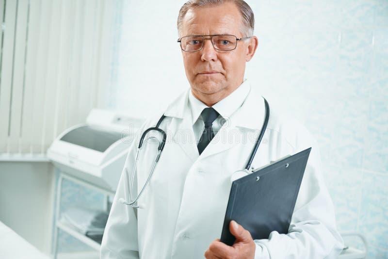 Porträt älteren Doktors stockfotos
