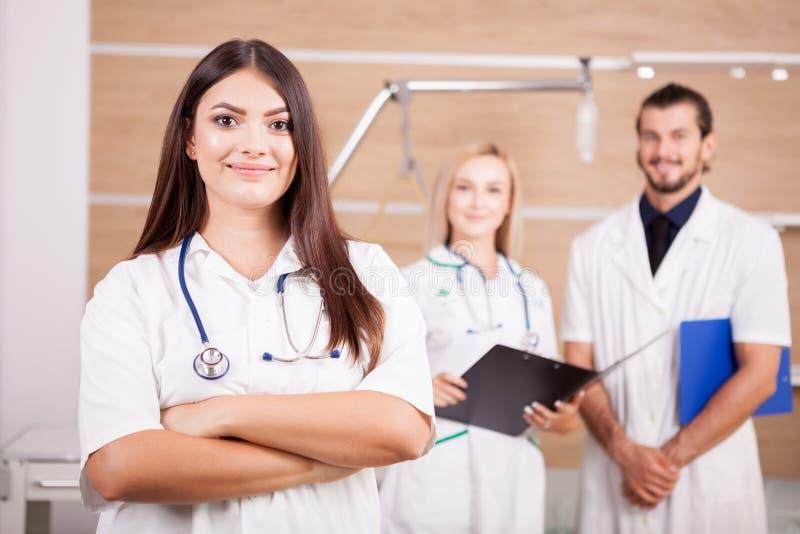 Porträt überzeugten schönen Doktors vor ihrem medizinischen t stockfoto