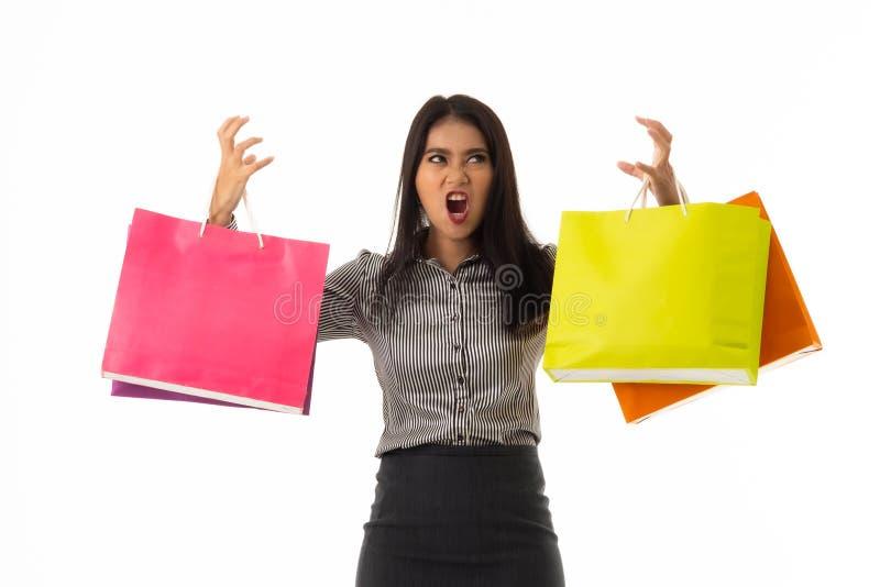 Porträt asiatischer junger Dame, die bunte Einkaufstaschen hält Die Geschäftsfrau mit Einkaufstherapie im zufälligen Hemd und im  stockfoto