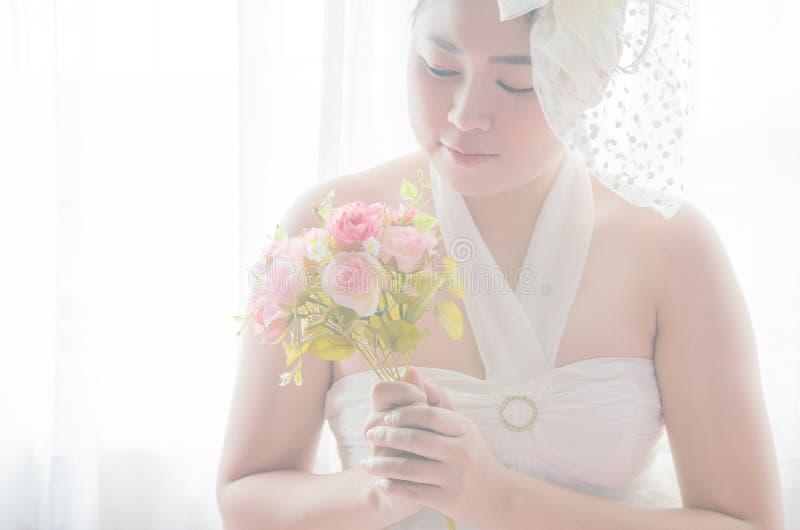 Porträt, das asiatische Frau heiratet Schöne Braut mit Blumenstrauß lizenzfreie stockfotografie