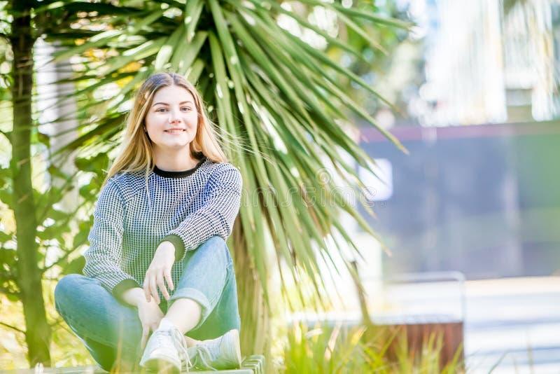 Porträt das im Freien des jungen glücklichen lächelnden jugendlich Mädchens, natürlich übertreffen stockfotografie