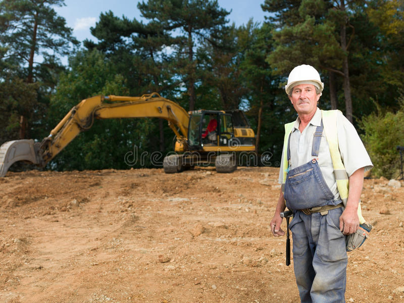 Porträt der älteren Arbeitskraft auf Baustelle stockfotografie