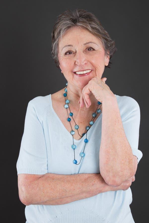 Porträt der älteren Frau - ältere Frau lokalisiert auf schwarzem backgr stockfoto