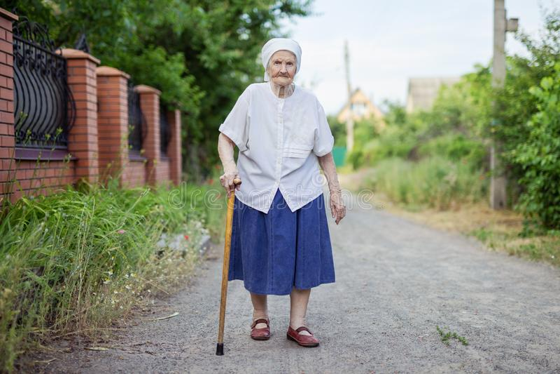 Porträt der älteren Frau draußen gehend stockbilder
