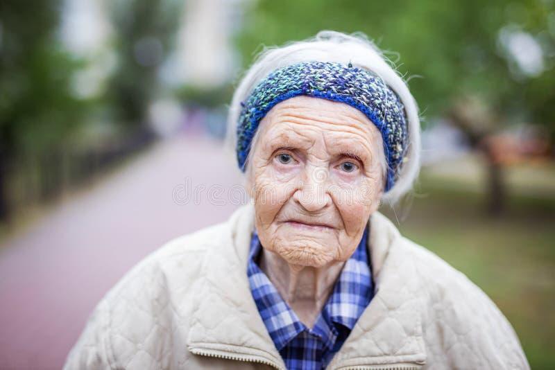 Porträt der älteren Frau Kamera betrachtend lizenzfreie stockfotos