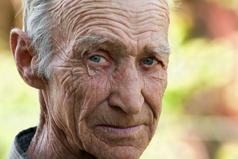 Porträt der älteren Mannnahaufnahme lizenzfreie stockfotos