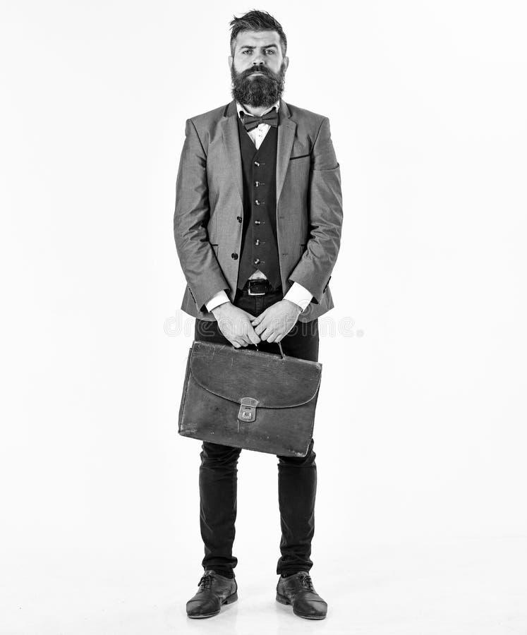 Porträt der älteren älteren Mannstellung mit dem Weinlesebraunkoffer lokalisiert auf weißem backgroun lizenzfreies stockbild