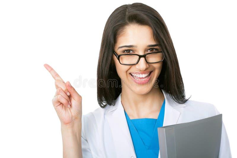 Porträt der Ärztin zeigend auf weißen Hintergrund stockbild