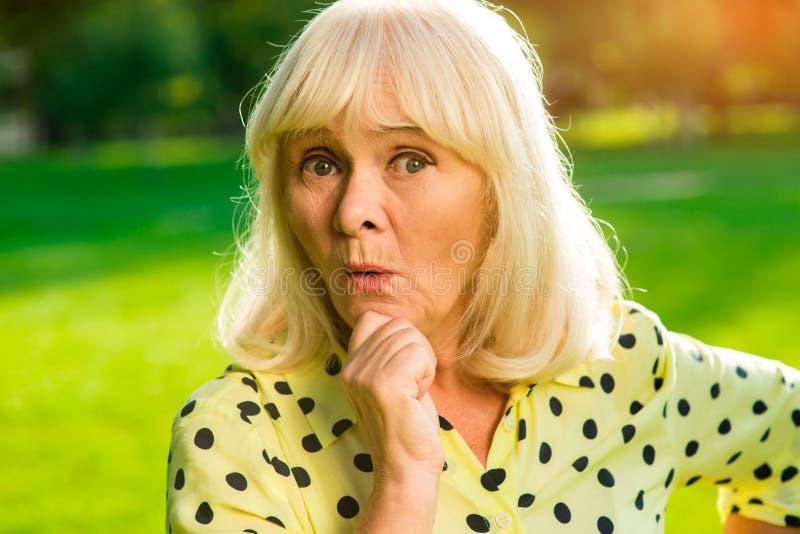 Porträt der überraschten älteren Frau lizenzfreie stockfotografie