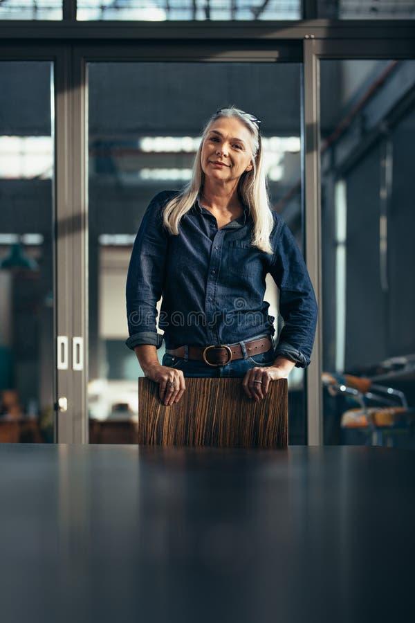 Porträt der überzeugten älteren Geschäftsfrau stockbilder