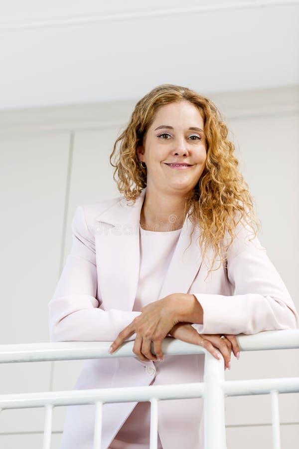 Porträt der überzeugten Geschäftsfrau im Büro stockfotografie