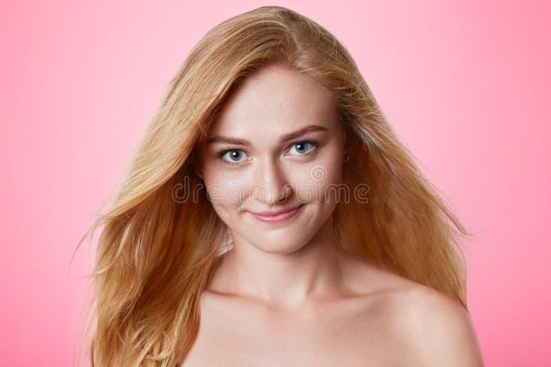 Porträt der überzeugten Schönheit mit dem langen luxuriösen Haar, das nackt sind, den Haltungen und wieder fotografiert auf Titel stockfoto