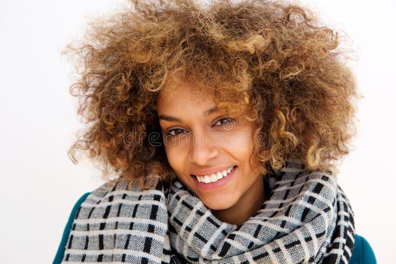 Porträt der Afroamerikanerfrau lächelnd mit Schal stockfotografie