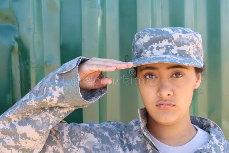 Porträt der amerikanischen Begrüßung des weiblichen Soldaten lizenzfreie stockfotografie