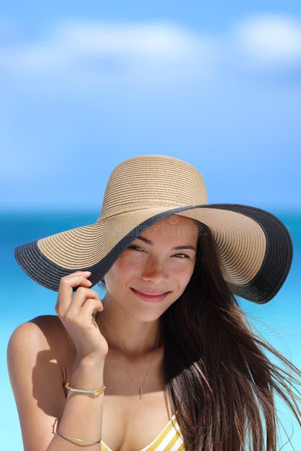 Porträt der Asiatin mit dem Strandhutlächeln glücklich stockbild