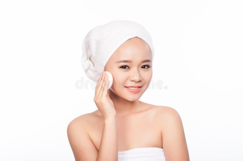 Porträt der Asiatin Schönes Frauenreinigungsgesicht Aufbau mit Badeöl und Seifen Hübsches Mädchengesicht Vollkommene Haut stockfotos